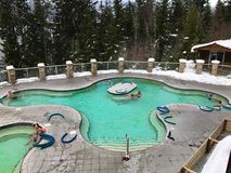太平温泉城,不列颠哥伦比亚省加拿大- 2016年12月26日:放松在37摄氏度中的人们矿物水池 免版税图库摄影