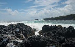 太平洋打破反对熔岩岩石在Keanae 免版税图库摄影