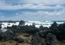 太平洋打破反对熔岩岩石在Keanae 免版税库存图片