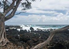 太平洋打破反对熔岩岩石在Keanae 库存图片