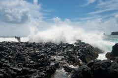 太平洋打破反对熔岩岩石在Keanae 免版税库存照片