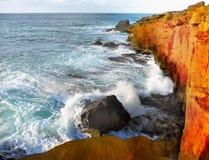 太平洋海岸,碰撞的波浪峭壁 库存照片