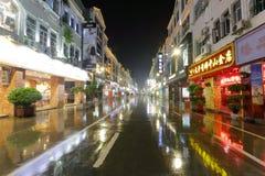 太平zhongshanlu路的金商店在多雨夜 库存照片