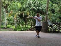太极拳在植物园里 免版税图库摄影