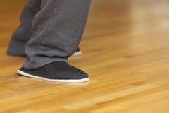 太极拳实习者的脚 免版税库存照片
