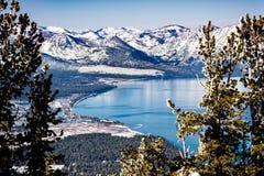 太浩湖在一个晴朗的冬日,山脉在雪盖的山鸟瞰图可看见在背景中,加利福尼亚 库存照片