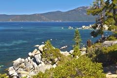 太浩湖美丽的岩石海岸线  免版税库存图片