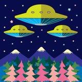 太空飞船飞行在山和树在晚上 免版税图库摄影