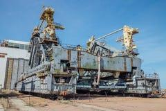 太空飞船Buran和能量运载工具的被放弃的运输和设施单位`蚂蚱`在cosmodrome贝康诺 库存照片