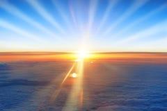 太阳、日落、云彩蓝天和海洋 库存图片