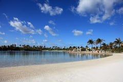 太阳、蓝天和松的云彩在天堂海岛,巴哈马上 库存照片