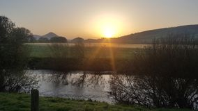 太阳上升与河Severn的Breidden小山 免版税图库摄影