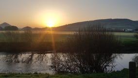 太阳上升与河Severn的Breidden小山 免版税库存照片