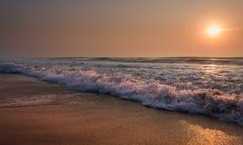 太阳上升在海 库存照片