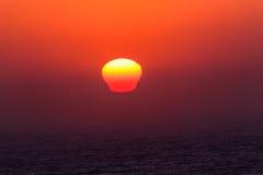 太阳上升的反射海洋 图库摄影