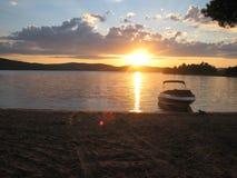 太阳下来在河La Lièvre 库存照片