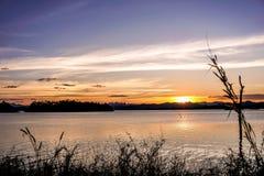 太阳下跌在水库 免版税库存图片