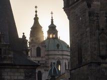 太阳之前由后照的圣尼古拉斯教会 图库摄影
