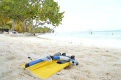太阳乐趣潜航的白色沙子海滩休息室游泳戏剧放松 免版税图库摄影