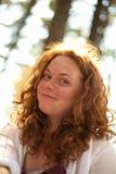 太阳亮光的兴高采烈的女孩 免版税库存图片