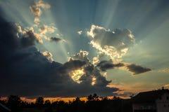 太阳从云彩出来 免版税库存照片