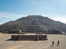 太阳伟大的金字塔和月亮,在特奥蒂瓦坎金字塔谷古城废墟的看法,死者路  免版税库存照片