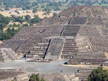 太阳伟大的金字塔和月亮,在特奥蒂瓦坎金字塔谷古城废墟的看法,死者路  图库摄影