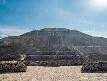 太阳伟大的金字塔和月亮,在特奥蒂瓦坎金字塔谷古城废墟的看法,死者路  库存照片