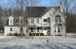 太阳供给动力的家在冬天 免版税库存照片