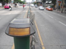 太阳供给动力的被带领的交通警报光 免版税库存照片
