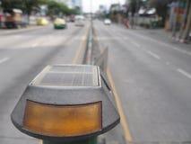 太阳供给动力的被带领的交通警报光 免版税库存图片