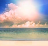 太阳光在夜间在海运海滩的日 免版税图库摄影
