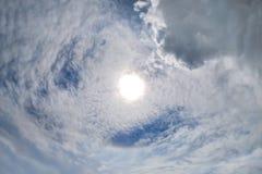 太阳光晕 在天空的彩虹 螺旋云彩 免版税库存照片