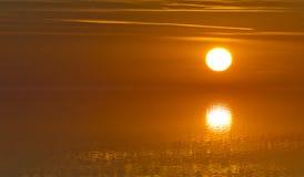 太阳光的反射的被弄脏的图象水表面上的以绝对宁静-软的焦点 库存图片