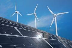 太阳光致电压的盘区和风轮机 可选择能源生产和可更新的发电概念 免版税库存照片