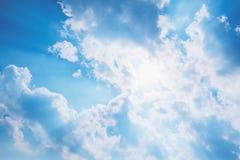 太阳光芒亮光通过云彩 库存图片