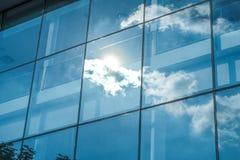太阳光芒和蓝天反射在窗口办公楼, Busin 免版税库存照片