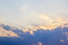 太阳光芒和蓝色云彩在天空 免版税库存照片