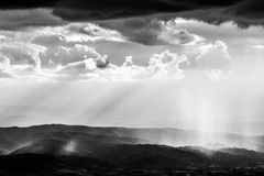 太阳光芒和雨 库存照片