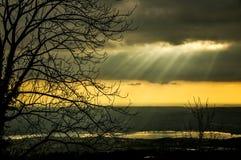 太阳光芒在日落的 免版税库存图片