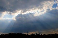 太阳光芒看法发出从后面云彩的 免版税库存图片