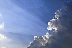 太阳光芒通过云彩 库存照片