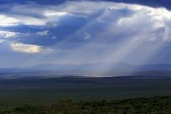 太阳光芒通过云彩- Addo风景 免版税图库摄影
