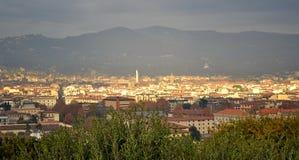 太阳光芒阐明的明亮的佛罗伦萨都市风景晚上 库存照片