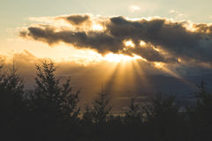 太阳光芒从云彩的后面 免版税库存图片