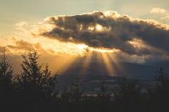 太阳光芒从云彩的后面 库存照片