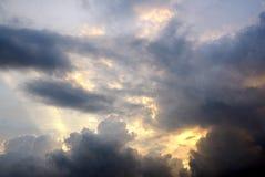 太阳光芒从云彩的后面 库存图片