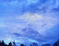 太阳光芒从后面云彩 库存图片