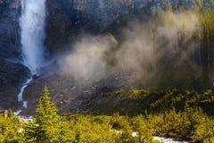 太阳光芒stakakkaw落, yoho国家公园不列颠哥伦比亚省加拿大 库存图片