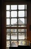 太阳光遮蔽的古兰经通过窗口 免版税库存照片